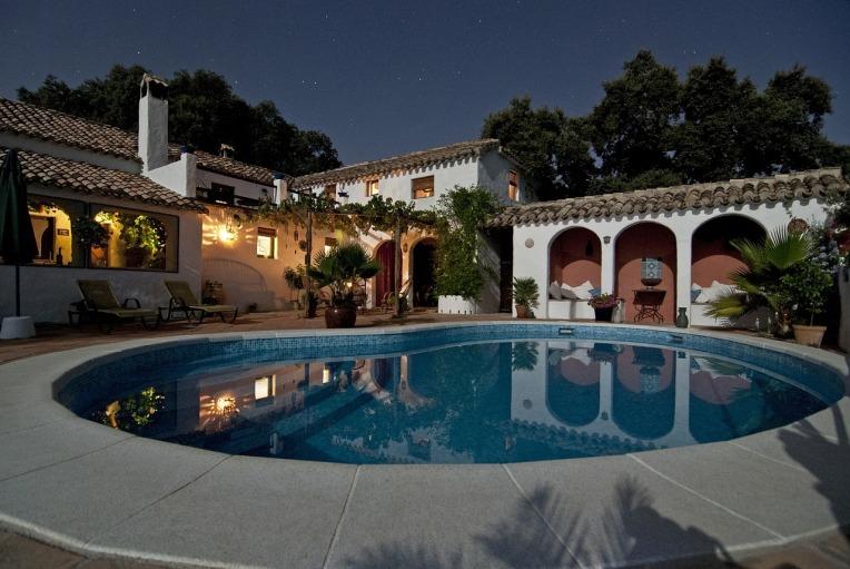 pool-691008_1280